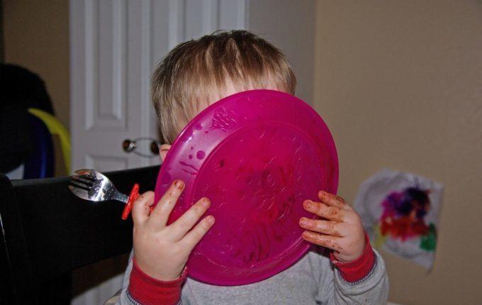 Tischmanieren der Kinder - Blogparade - Kind leckt Teller leer