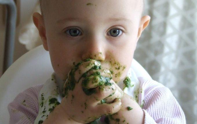 Tischmanieren der Kinder - Blogparade - Kind mit Spinat vollgematscht