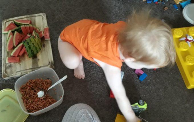 Tischmanieren der Kinder - Blogparade - Kind spielt, daneben steht Essen