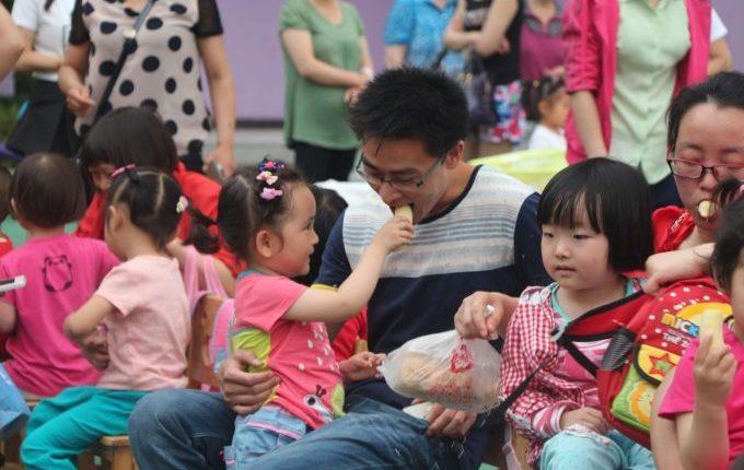 Tischmanieren der Kinder - Blogparade - Kind teilt Essen mit Mann
