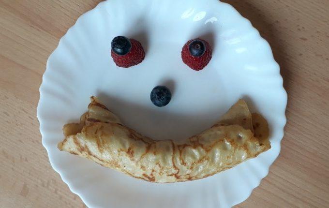 Tischmanieren der Kinder - Blogparade - Smiley aus Eierkuchen, Blaubeeren und Himbeeren