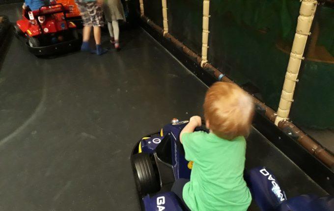 Tommys turbulente Tobewelt - Kind fährt Auto auf Kartbahn