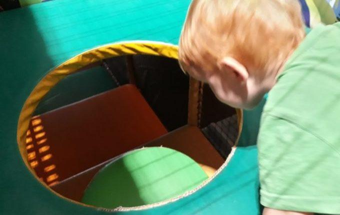 Tommys turbulente Tobewelt - Kind guckt in Loch im Boden