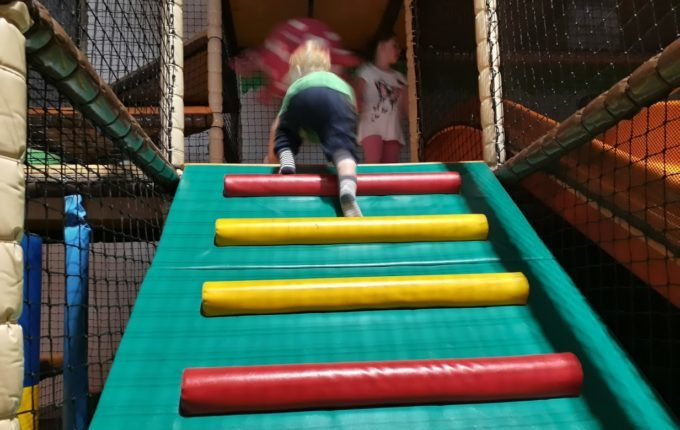 Tommys turbulente Tobewelt - Kind klettert hoch