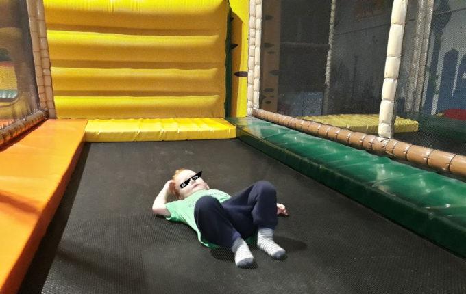 Tommys turbulente Tobewelt - Kind liegt k.o. auf Trampolin