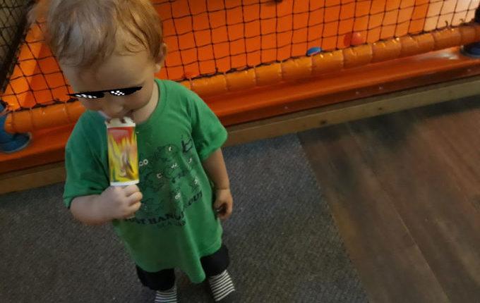 Tommys turbulente Tobewelt - Kind lutscht Eis am Stiel