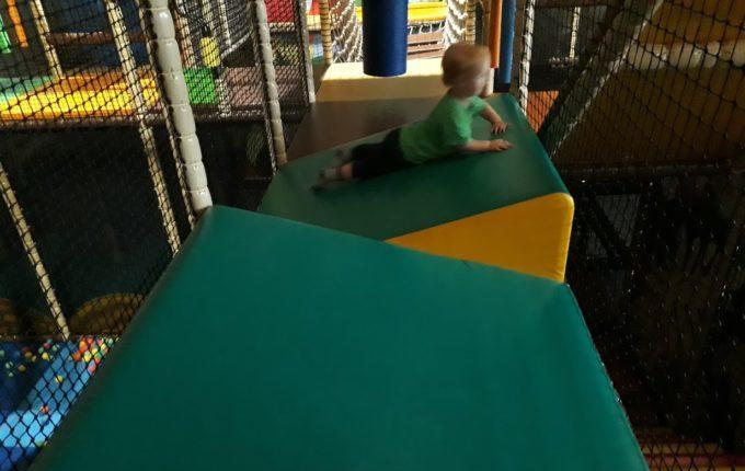 Tommys turbulente Tobewelt - Kind rutscht auf schiefen Blöcken