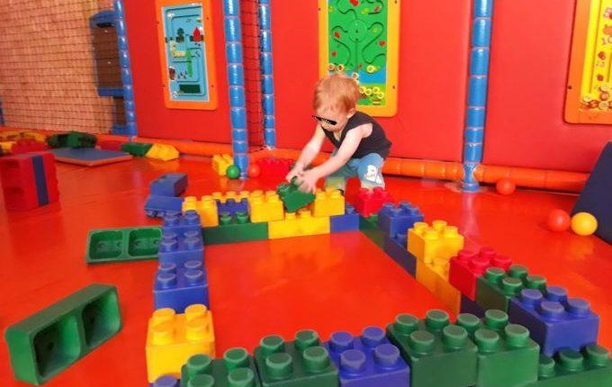 Tommys turbulente Tobewelt - Kind spielt mit großen Bauklötzen