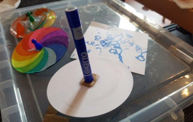 Malkreisel malt weißes Papier beim Drehen an