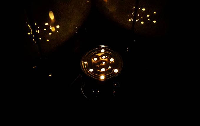 Windlicht aus Dose leuchtet im Dunkeln