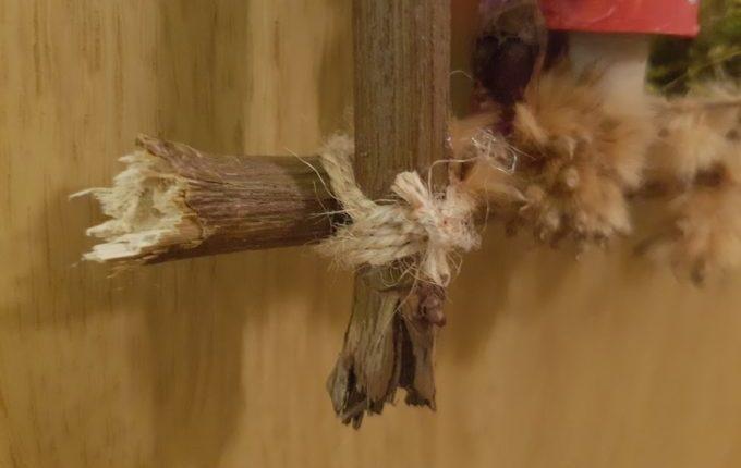 Holzrahmen verschnürt und verknotet