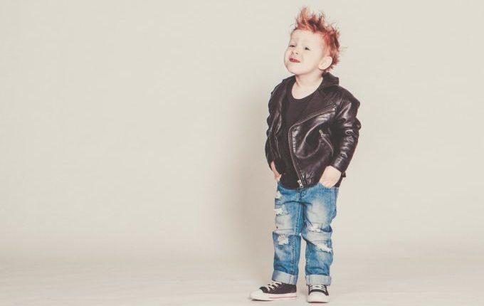 Junge mit Iro, Lederjacke und Jeans