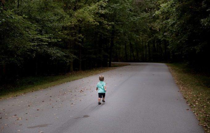 Kind läuft auf Landstraße