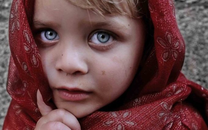 Kind hält sich die Augen zu