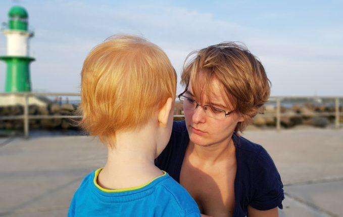 Mutter schaut Kind auf Augenhöhe an