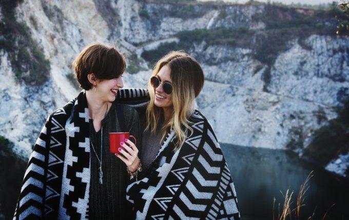 Frauen sind in eine Deckel eingehüllt und lächeln