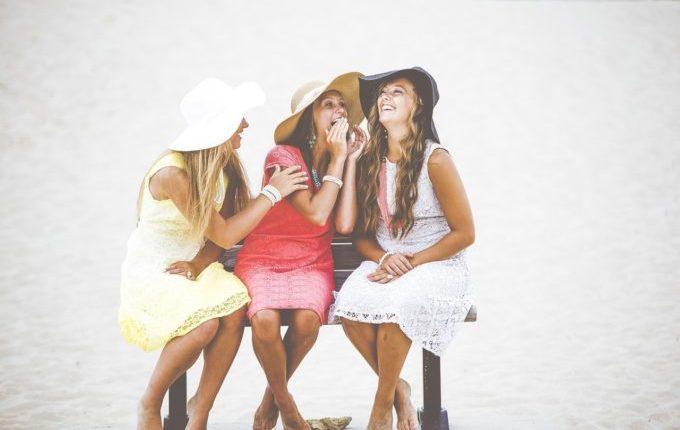Frauen sitzen auf einer Bank und lachen