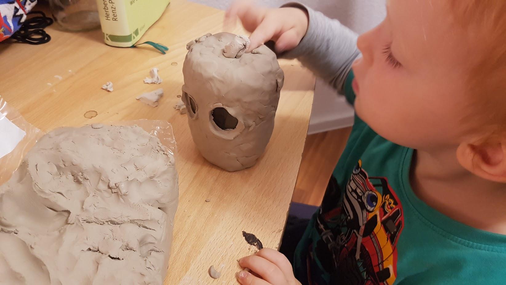 Kind modelliert mit Ton