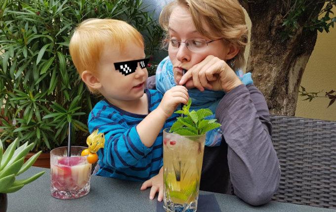 Kind will mit Mamas Strohhalm trinken