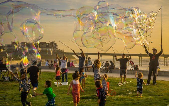 Kinder spielen mit Riesenseifenblasen