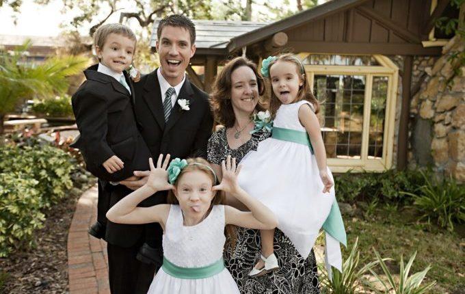 Mutter, Vater und drei Kinder schneiden Grimassen