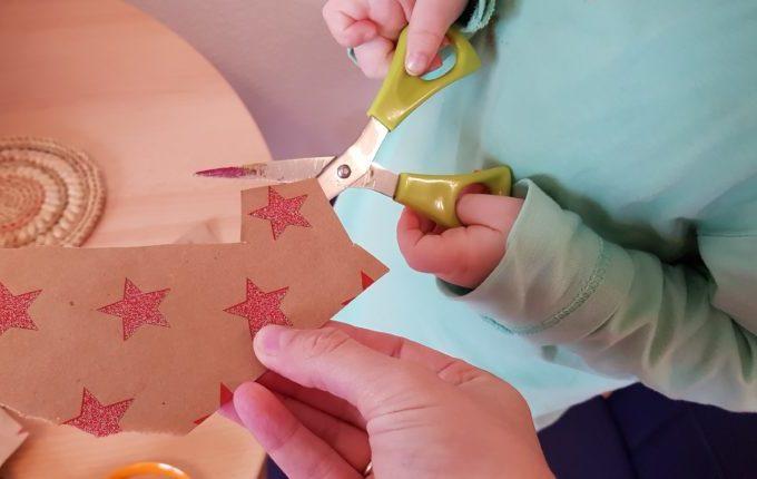 Kind schneidet Sterne aus