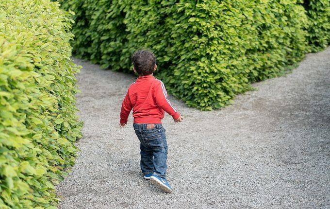 Kind steht vor zwei Wegen