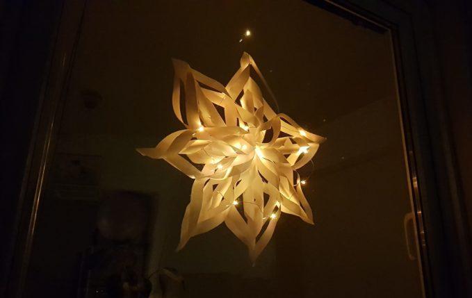 Weihnachtsstern mit Kringeln und Lichterkette