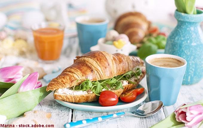 Belegtes Croissant und viele leckere bunte Frühstücksideen