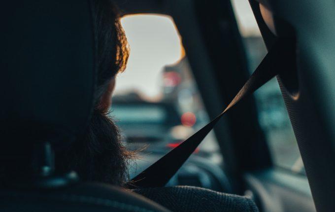 Frau angeschnallt auf dem Beifahrersitz