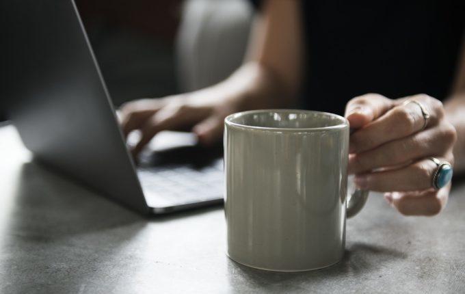 Frau mit Tasse am Laptop.jpg