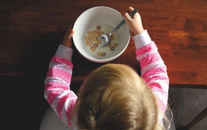 Kind isst Cornflakes