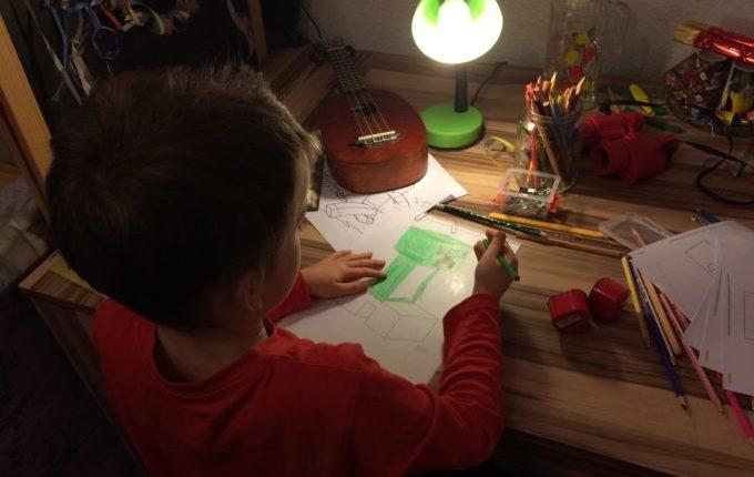 Kind malt auf Schrumpffolie.JPG