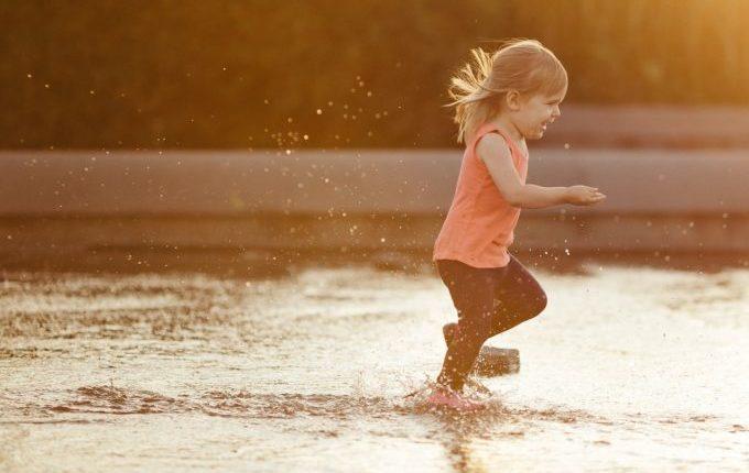 Kind rennt durchs Wasser.jpg