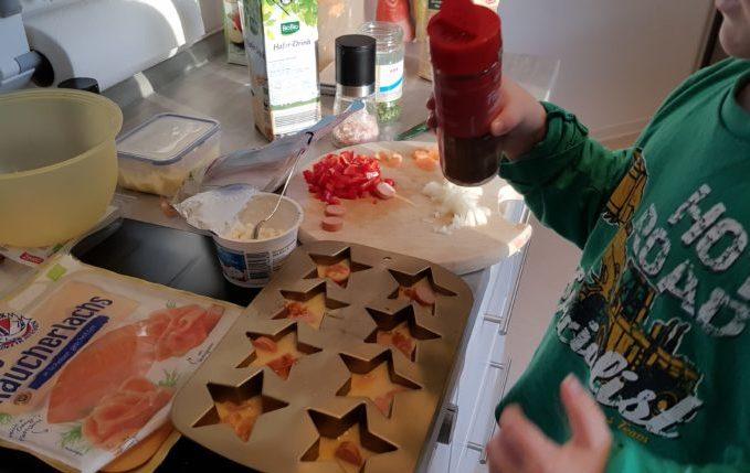 Kind würzt Frühstücksmuffins