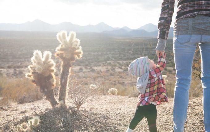 Kind zerrt am Arm von Erwachsenem.jpg
