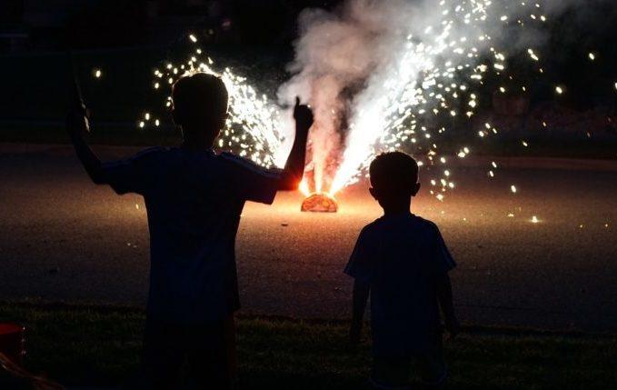 Kinder beobachten Feuerwerk aus sicherer Entfernung.jpg