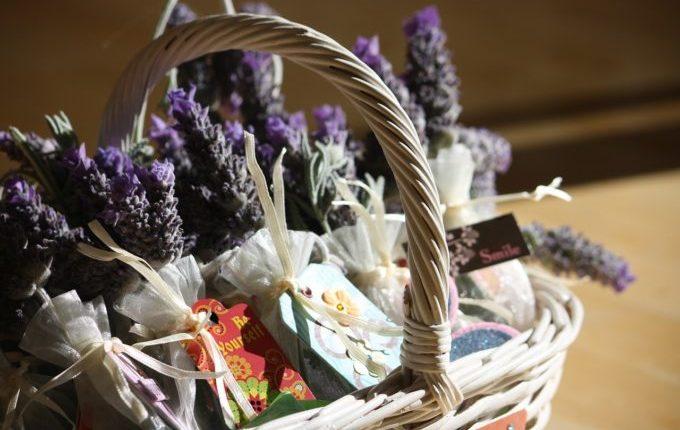 Körbchen mit Lavendel und Geschenken.jpg