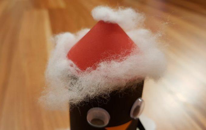 Pinguin mit Weihnachtshut.jpg
