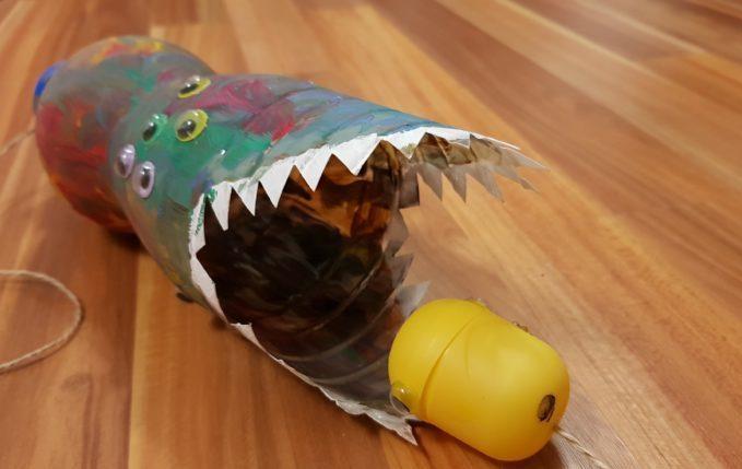 Fangspiel aus einer Flasche in Form eines Monsters