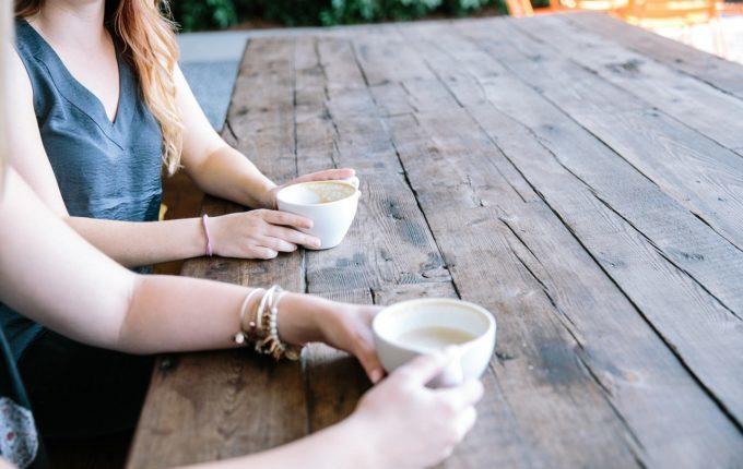 Frauen trinken gemeinsam Kaffee