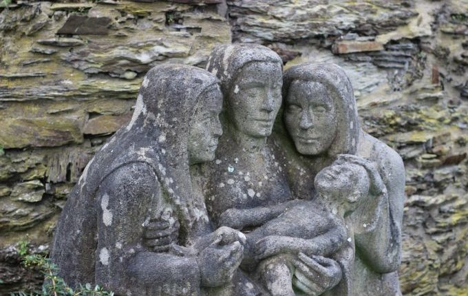Statuen - drei Frauen kümmern sich um ein Baby