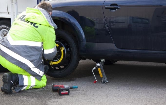 ADAC Mitarbeiter repariert Autoreifen.jpg