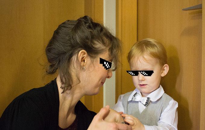 Frau beschäftigt sich mit Kind im Standesamt