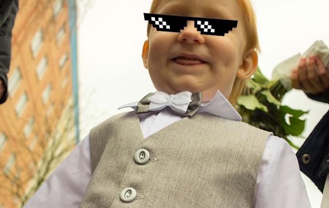 Kind im Festanzug grinst