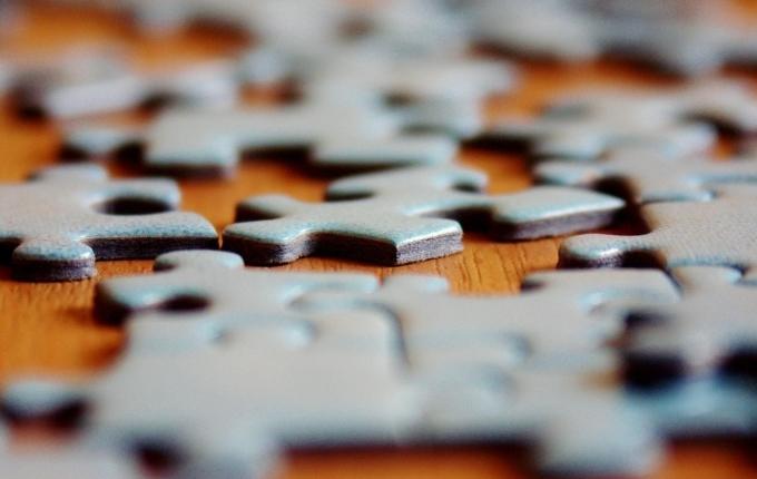 Puzzleteile, die ineinander greifen oder nebeneinander liegen