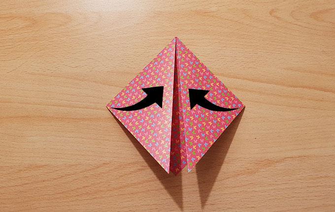 Pfeile weisen in die Mitte des Origamipapiers