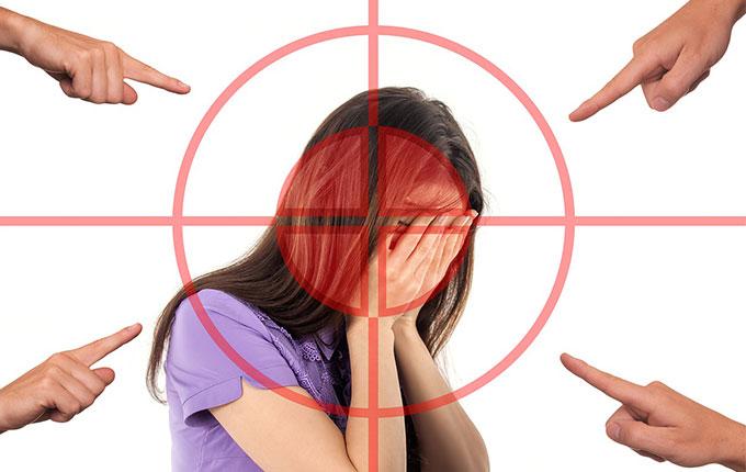Finger zeigen auf verzweifelte Frau