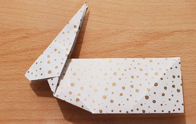 gefalteter Origamihase mit langem Hinterteil
