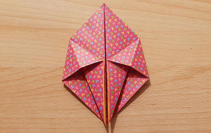 Hasenkopf von gefaltetem Origamipapier zeichnet sich langsam ab